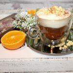Kawa z amaretto i pomarańczowa bitą śmietaną