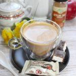 Rozgrzewająca kawa z cynamonem, kardamonem i miodem