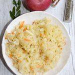 Surówka z kiszonej kapusty z jabłkiem i cebulą