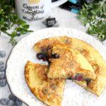 Omlet z mrożonymi jagodami i łyk aromatycznej herbaty