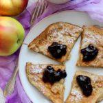 Placek bananowy z jagodami w żelu – śniadanie
