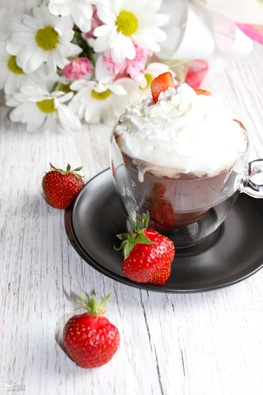 Gorąca czekolada z bitą śmietaną i truskawkami