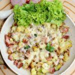 Wiejska patelnia z chrupiącymi ziemniaczkami, kiełbasą i serem