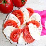 Pomidory z mozzarellą i olejem czosnkowym