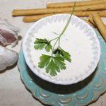 Szybki sos czosnkowy z zieloną pietruszką