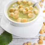 Zielona zupa krem z groszkiem ptysiowym