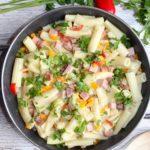 Makaron z kolorową papryką i szynką – pomysł na szybki obiad