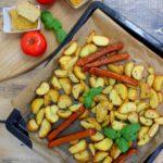 Pieczone ziemniaki, wege kiełbaski oraz zapiekana soczewica i kasza jaglana