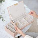 Czy warto kupić szkatułkę na biżuterię?