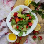 Fit sałatka z truskawkami ananasem i zdrowym sosem