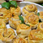 Drożdżowe ślimaczki z szynką i serem