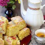 Ucierane ciasto z twarogiem i owocami – smak dzieciństwa