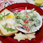 Jajko w toście i lekka sałatka