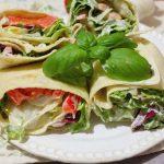 Tortille z warzywami i sosem czosnkowo-paprykowym