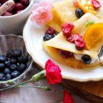 Budyniowe naleśniki z serkiem waniliowym i owocami