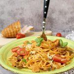 Spaghetti w kremowym sosie z pieczarkami i filetem z indyka