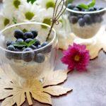 Miodowe serniczki z chia i owocami – deser bez pieczenia